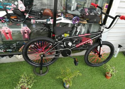 bicicleta bmx color negra entera